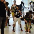 Maria Ribeiro de despede dos filhos no aeroporto Santos Dumont, no Rio