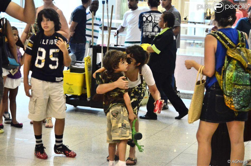 Maria Ribeiro se despede dos filhos, João e Bento, no aeroporto Santos Dumont, no Rio