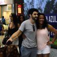 Caio Blar tira foto com fãs em aeroporto do Rio