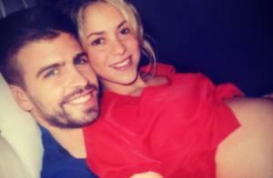 Shakira posta foto mostrando barrigão de sete meses no colo de Gerard Piqué