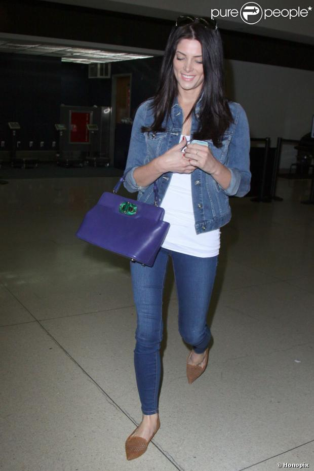 Ashley Greene é fotografada no aeroporto internacional de Los Angeles, em 3 de abril 2013