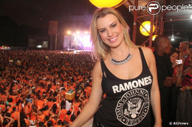 Fernanda Keulla, vencedora do 'BBB13', avisa aos fãs no Facebook que está com dengue, em 8 de abril de 2013
