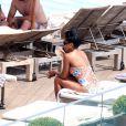 Queen Latifah toma sol e banho de piscina em hotel no Rio