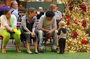 Felipe Camargo leva o filho para conferir decoração de Natal de shopping do Rio