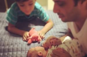 Vanessa Giácomo mostra foto do marido brincando com filha recém-nascida: 'Amor'