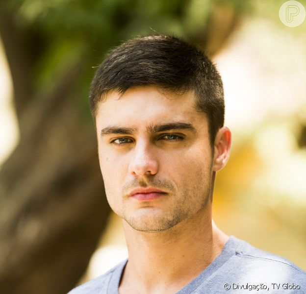 Gustavo (Guilherme Leicam) vai apanhar de chinelo do avô, Vicente (Otávio Augusto), na novela 'Alto Astral'