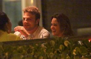 Fernanda Vasconcellos e Cássio Reis namoram em restaurante no Rio de Janeiro