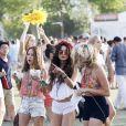 Vanessa Hudgens contou com a companhia de duas amigas e exibiu um look hippie, inspirado no festival de Woodstock