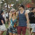 Com um modelito cheio de estampas, Paris Hilton chegou ao evento acompanhada do namorado, River Viiperi