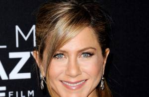 Jennifer Aniston vai à première de short curtinho e exibe belas pernas