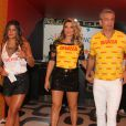 Flávia Alessandra chamou a atenção pela beleza e boa forma ao chegar ao Camarote Devassa com Giulia e Otaviano Costa