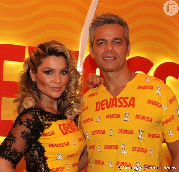 Flávia Alessandra usa look com renda no segundo dia de desfiles do Grupo Especial do Rio de Janeiro (16 de fevereiro de 2015)