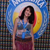 Aos 61 anos, Zezé Polessa vai à Sapucaí com blusa vazada e sutiã à mostra