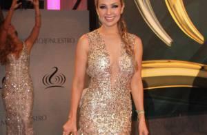 Aos 43 anos, Thalia esbanja sensualidade com vestido decotado em premiação