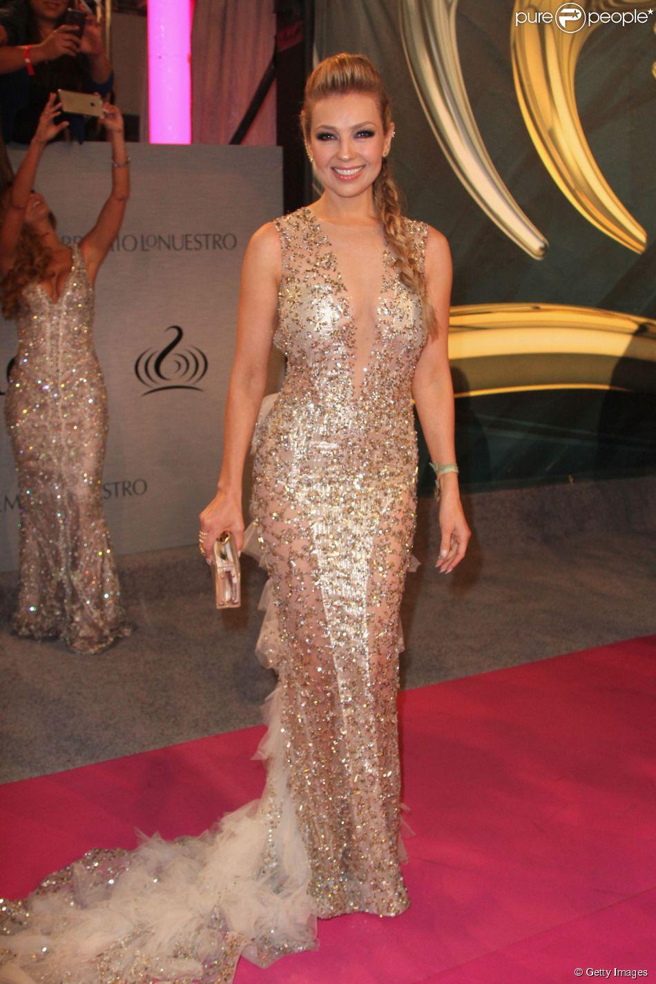 Aos 43 Anos Thalia Esbanja Sensualidade Com Vestido