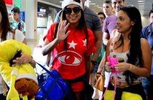 Anitta embarca estilosa no Rio após rotina de Carnaval e posa para fotos com fãs