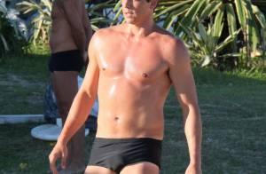 Aos 43 anos, Márcio Garcia exibe boa forma jogando futevôlei na praia da Barra