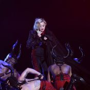Madonna cai durante apresentação no BRIT Awards 2015 após puxão de dançarino