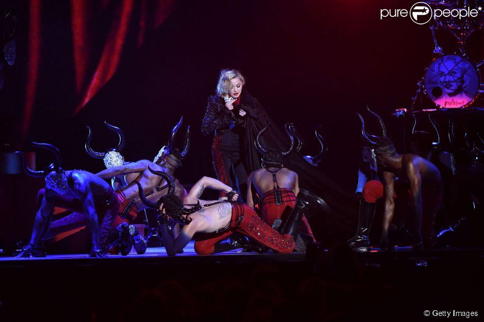 Madonna cai durante apresentação no BRIT Awards 2015, nesta quarta-feira, 25 de fevereiro de 2015