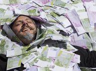 'Império': José Alfredo nada em dinheiro após desenterrar fortuna. Veja fotos!