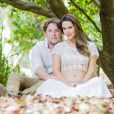 Fernanda Machado exibe barriga de seis meses de gravidez junto com o marido, Robert Riskin