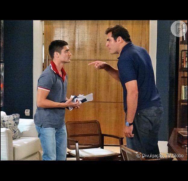 Marcos (Thiago Lacerda) ameaça entregar Gustavo (Guilherme Leicam) à polícia por tráfico, caso ele não lhe ajude a armar a prisão deBia (Raquel Fabbri), em 'Alto Astral', em 19 de março de 2015