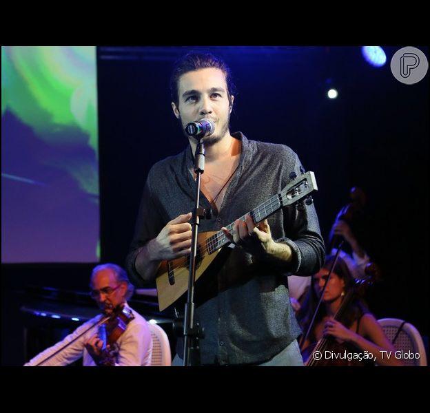 Tiago Iorc canta o tema de abertura de 'Sete Vidas', 'What a Wonderful World'