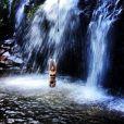 Flávia Alessandra curte cachoeira e exibe boa forma de biquíni em 28 de abril de 2013