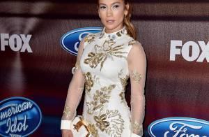 Jennifer Lopez vai a evento do 'American Idol' com look curto e exibe pernões