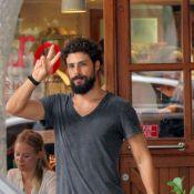 7fa398009d4 Cauã Reymond acena para fotógrafo ao deixar restaurante do Leblon