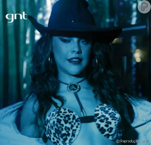 Paloma Bernardi usa fantasia de vaqueira sexy em cena como a dançarina de boate Marta na série 'As Canalhas', do GNT