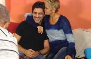 Junno visita Xuxa e enche a namorada de carinho nos bastidores de gravação