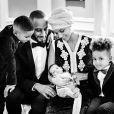 A cantora Alicia Keys usou o Instagram para apresentar o filho caçula, Genesis, na manhã de sábado, 28 de fevereiro de 2015