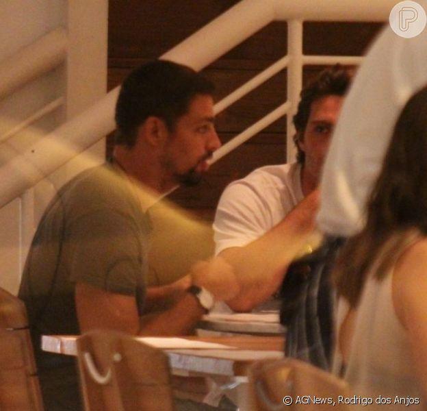 Cauã Reymond janta com amigos em restaurante do Rio em 29 de novembro de 2012