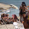 Roger Flores curte praia com nova companhia na Barra da Tijuca