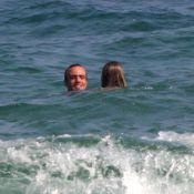 Após separação de Deborah Secco, Roger Flores curte praia com nova companhia