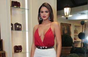 Bruna Marquezine aposta em decote profundo para prestigiar evento de moda em SP