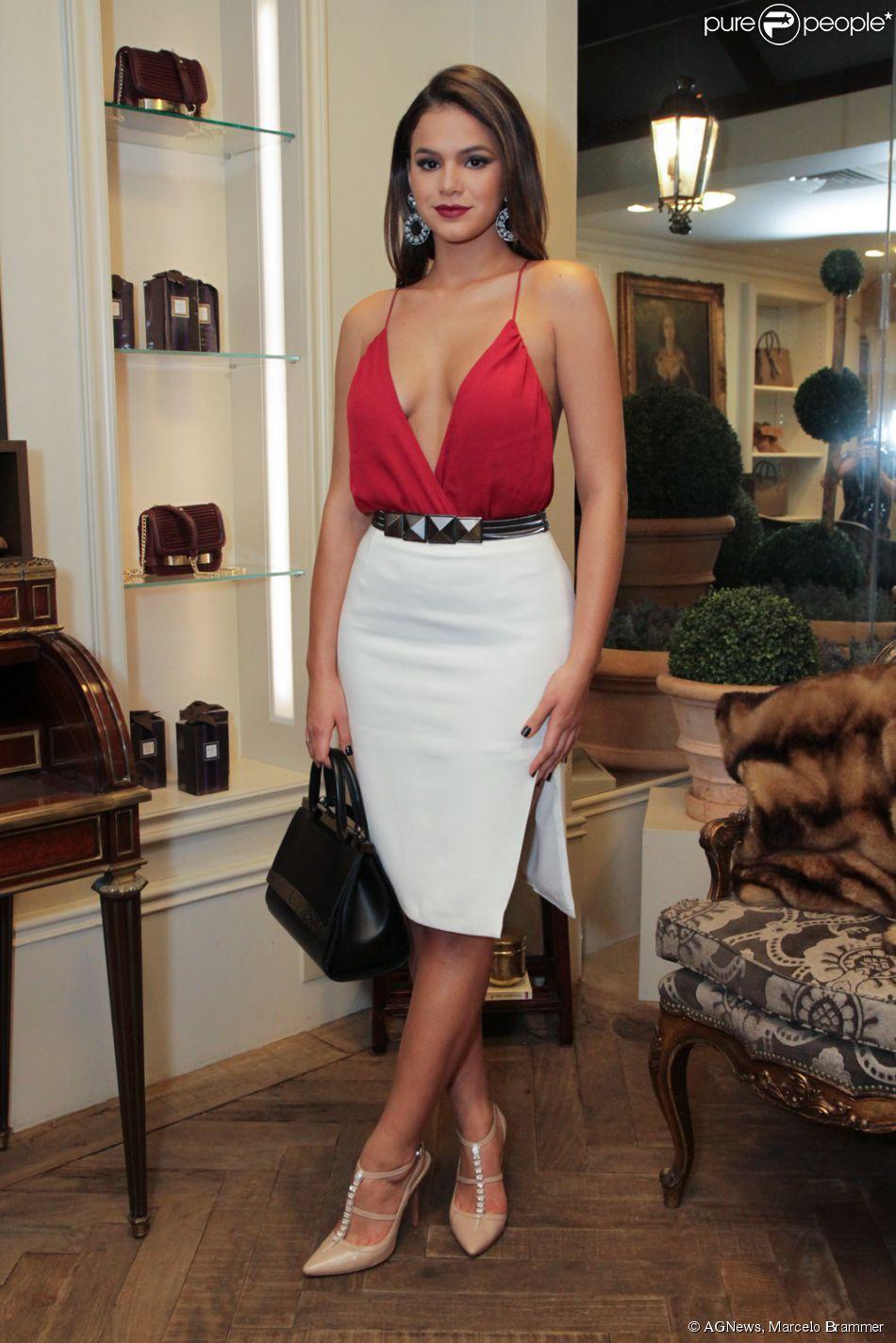 1414cc619f Bruna Marquezine usa blusa superdecotada para prestigiar evento de moda da  grife Bô.Bô