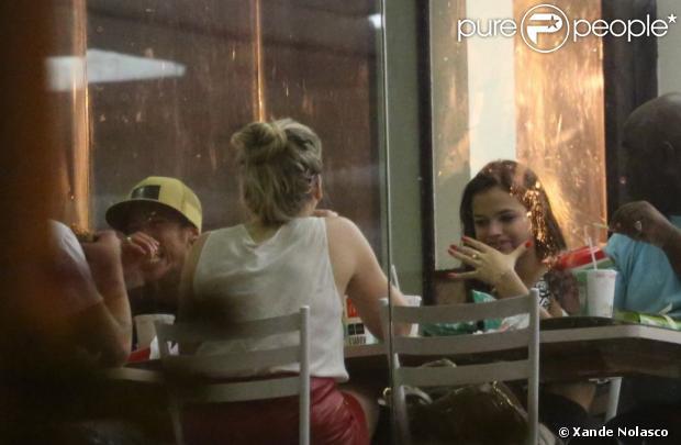 Bruna Marquezine e Neymar terminam de lanchar