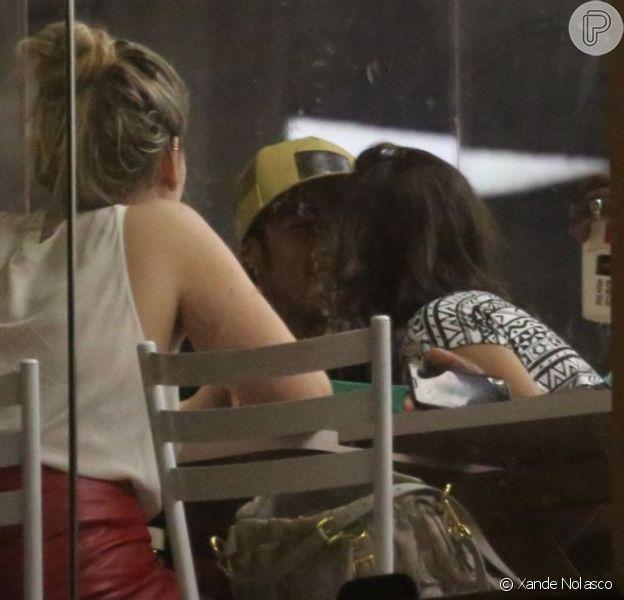 Bruna Marquezine e Neymar se beijam em lanchonete, em 6 de maio de 2013