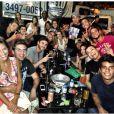 Bruna Marquezine e Neymar posam com amigos