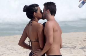 Rafael e Talita, do 'BBB15', exibem boa forma e trocam beijos na praia