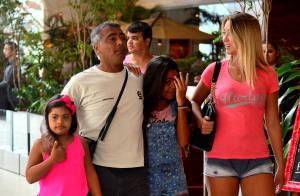 Romário passeia com namorada, Dixie Pratt, e as filhas em shopping no Rio