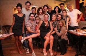 Susana Vieira usa decote e deixa pernas de fora ao reunir elenco de peça no Rio