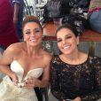 Giovanna Antonelli exibe o vestido de noiva de Helô, com um decote generoso, ao lado da colega Mariana Rios, nas cenas do casamento da agente da Polícia Federal com Stênio