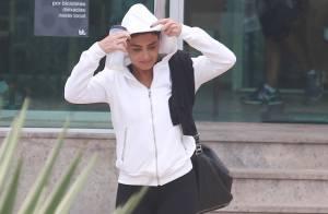 Juliana Paes usa capuz para se proteger da chuva na saída da academia, no Rio