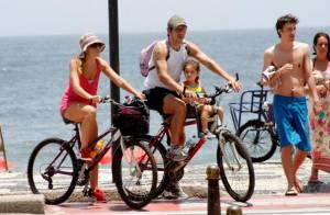 Ingrid Guimarães passeia de bicicleta com marido e filha pela orla do Rio