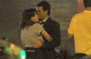 Vanessa Giácomo ganha abraço caloroso do namorado em passeio romântico