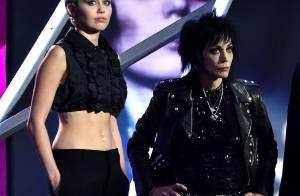 Miley Cyrus usa look com barriga à mostra no Rock And Roll Hall of Fame, nos EUA