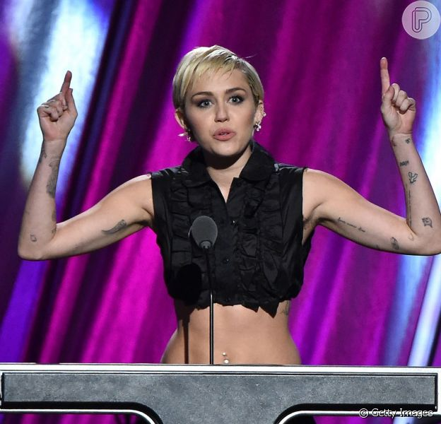 Miley Cyrus deixa barriga à mostra durante a 30ª edição do Rock And Roll Hall of Fame, nos Estados Unidos, em 18 de abril de 2015